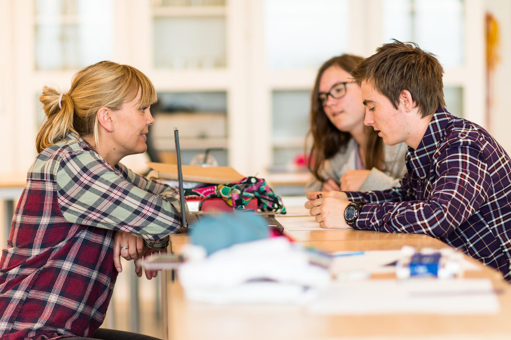 Lærer i samtale med elev