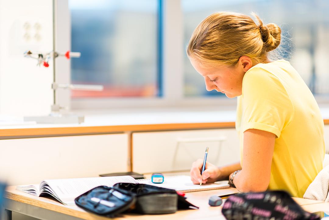 En jente på vgs som skriver for hånd