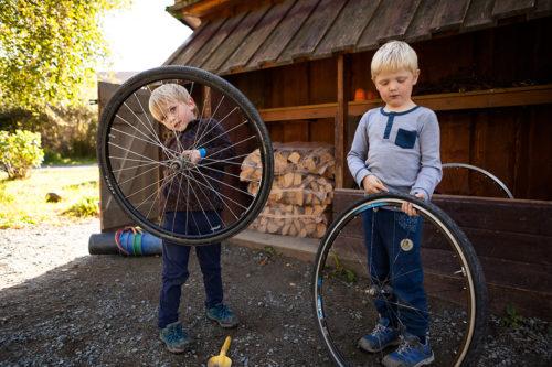 Gutter som leker med sykkelhjul