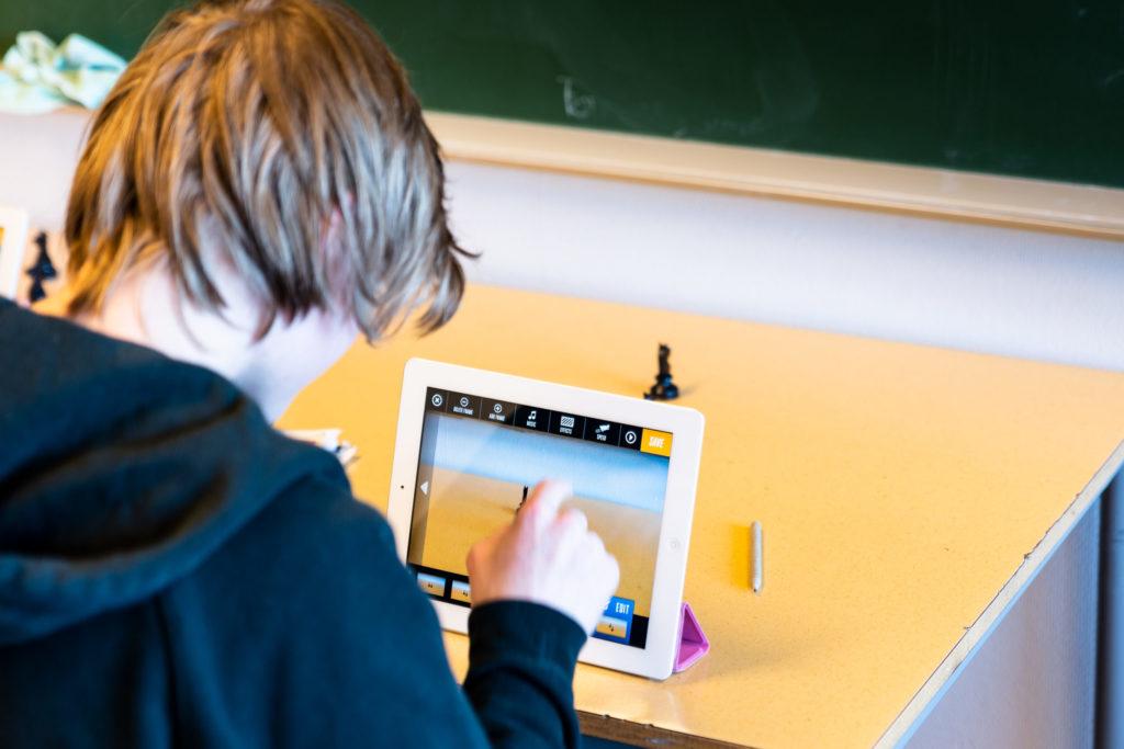 Ungdomsskolegutt som animerer på iPad