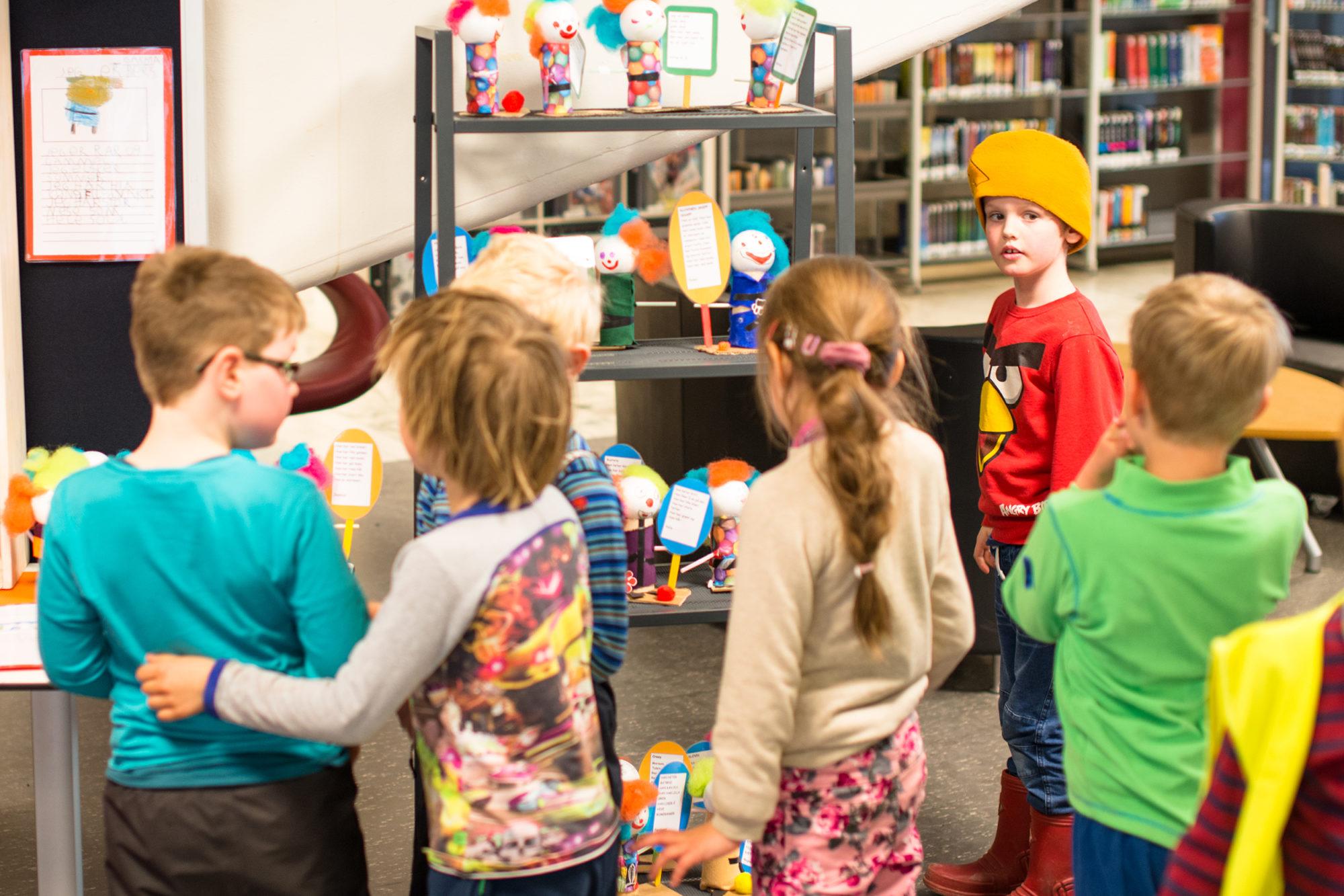 Barnehagebarn på besøk på biblioteket