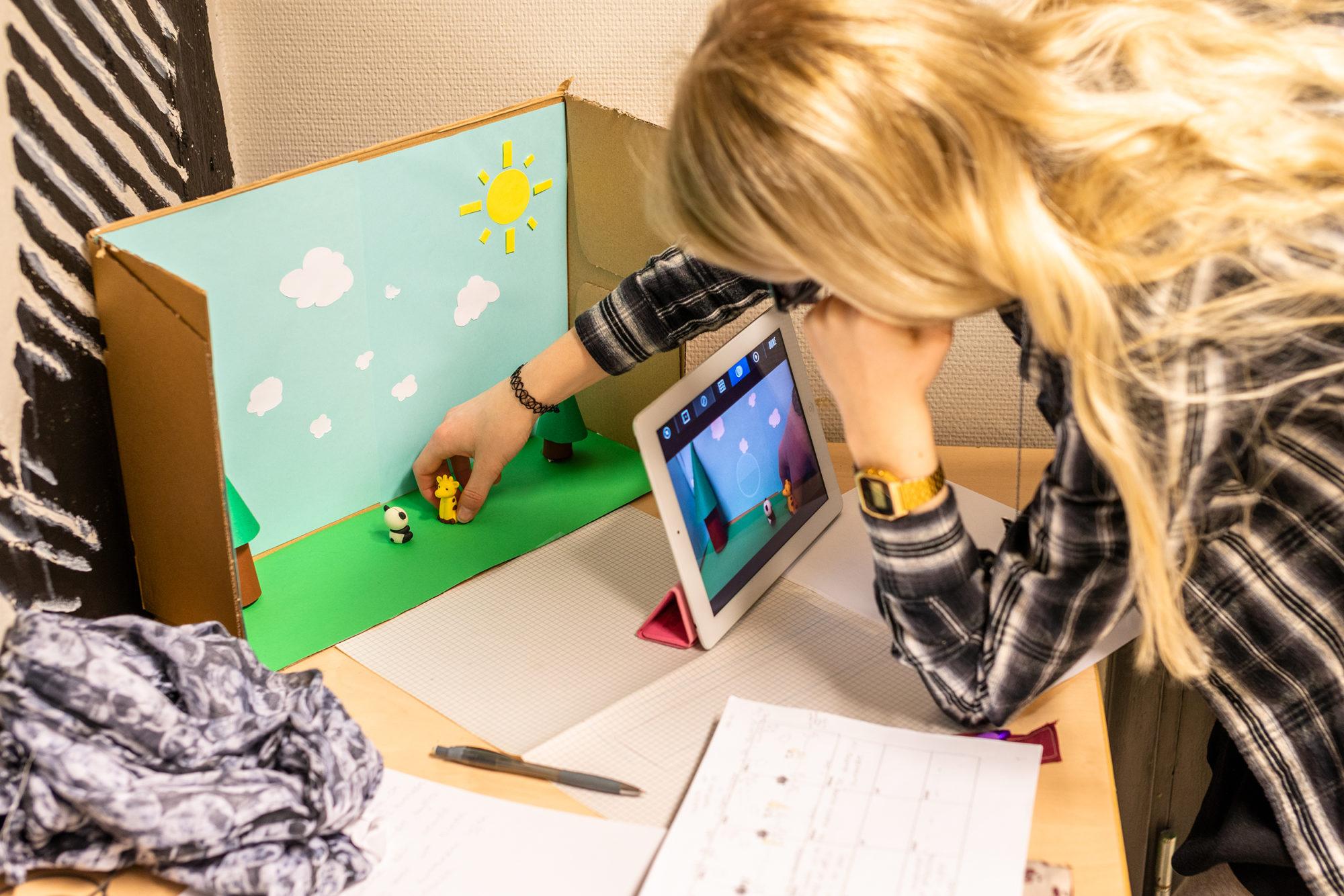 Ungdomsskolejente som animerer på iPad
