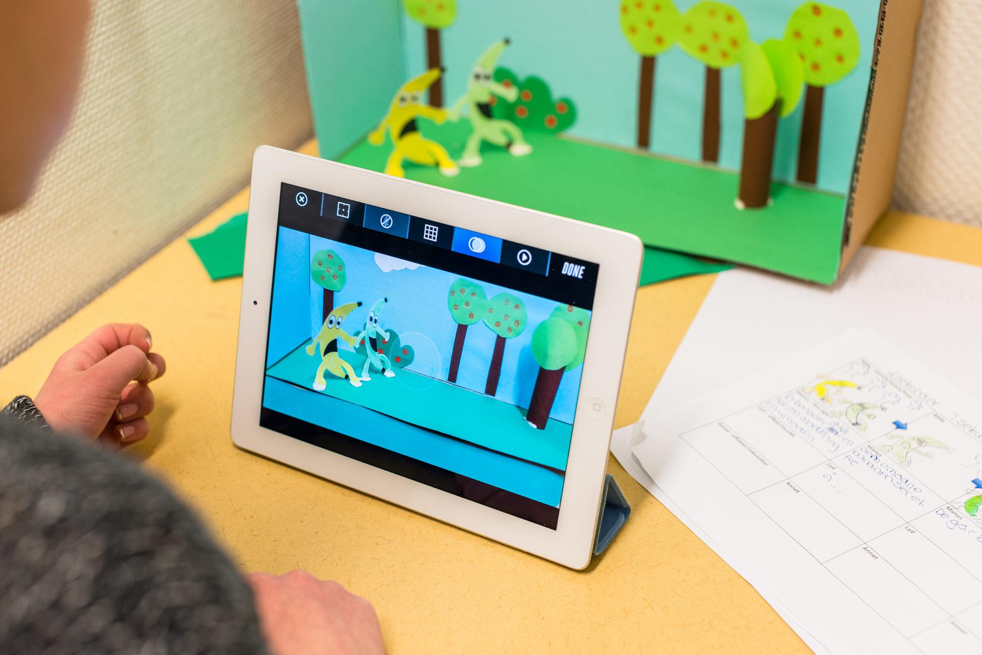Ungdomsskoleelev som animerer på iPad