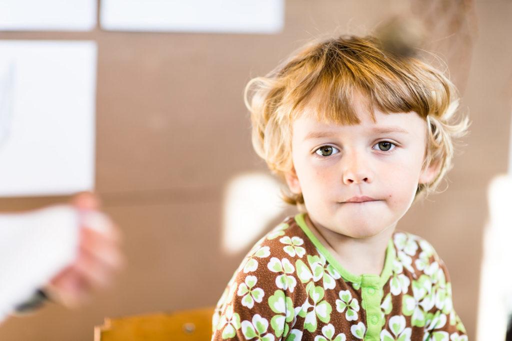 Barnehagegutt som tenker