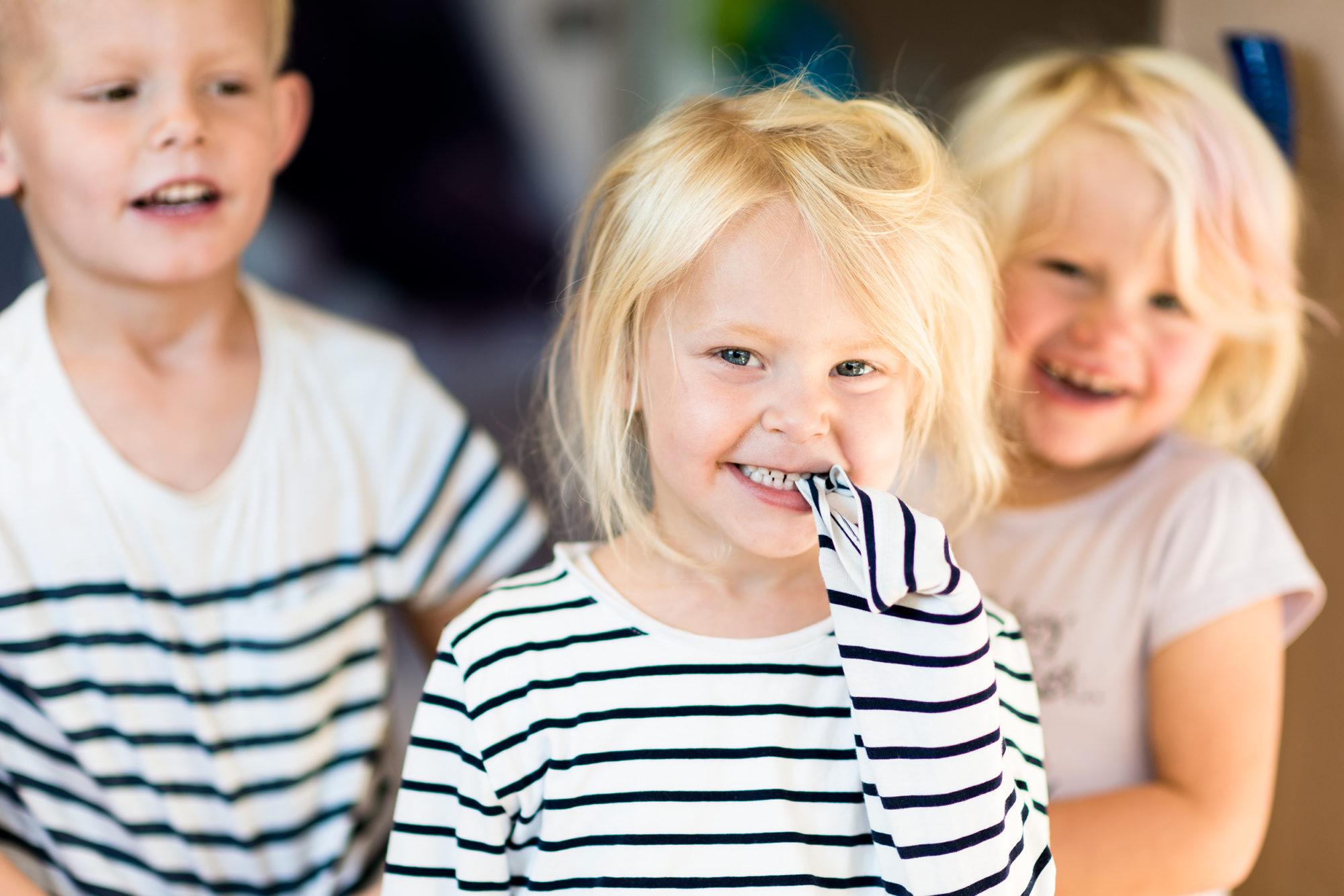 Tre barnehagebarn som tuller