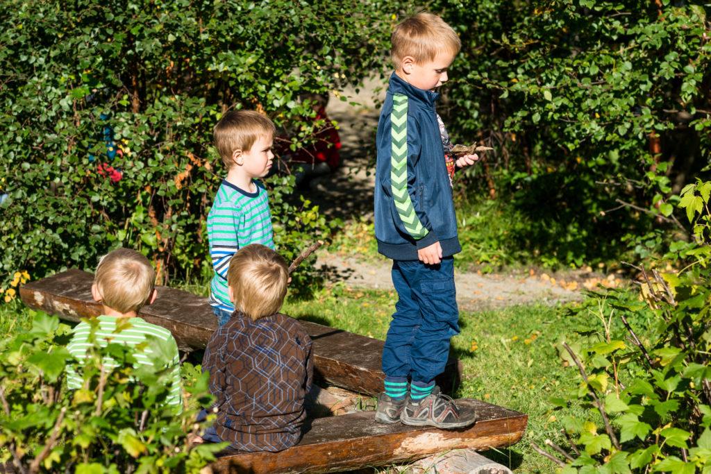 Barnehagegutter i skogen