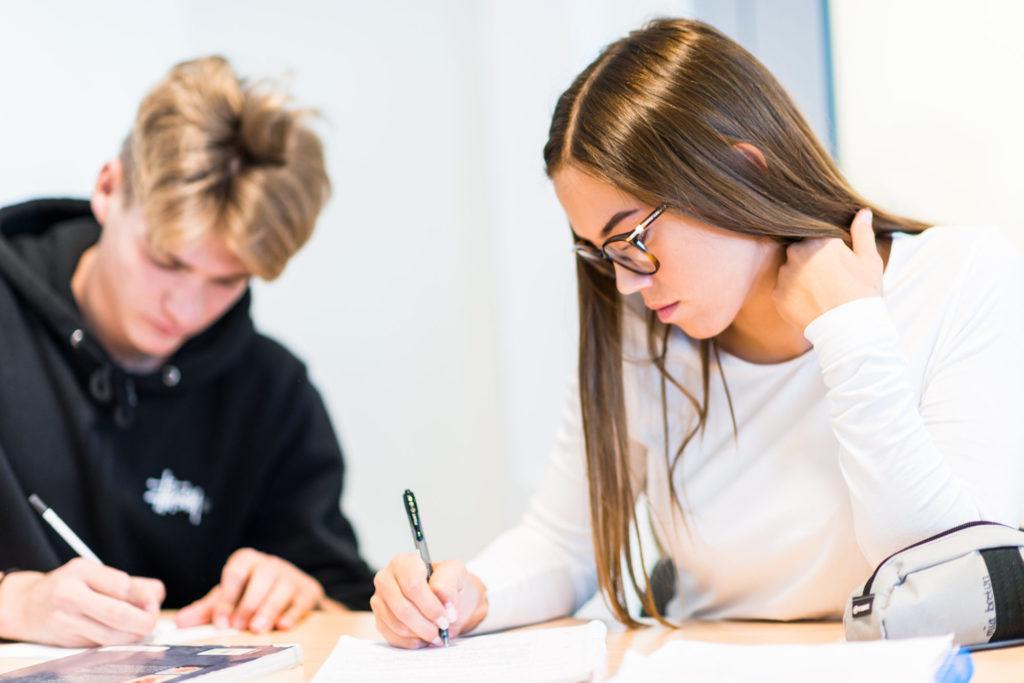 VGS-elever som skriver for hånd