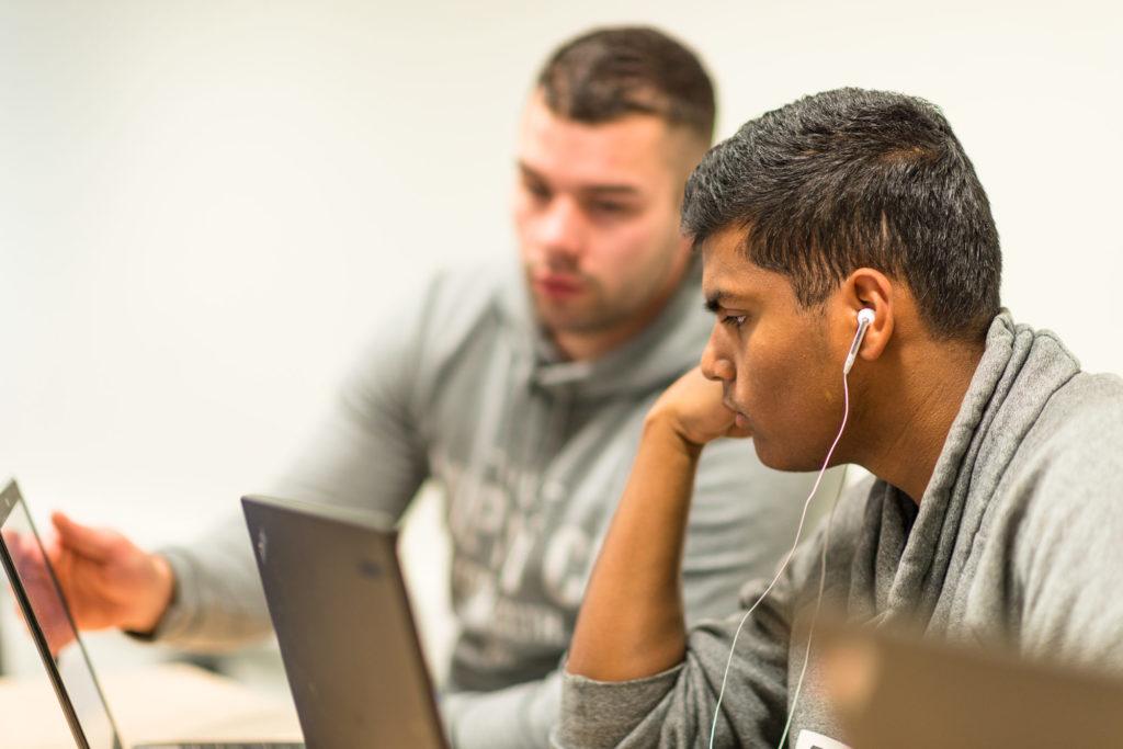To vgs-elever som ser på PC-skjerm