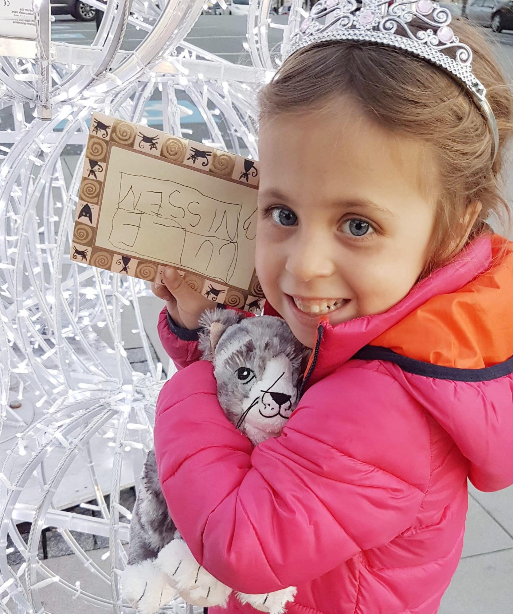 Bilde av. barn med brev og kosedyr