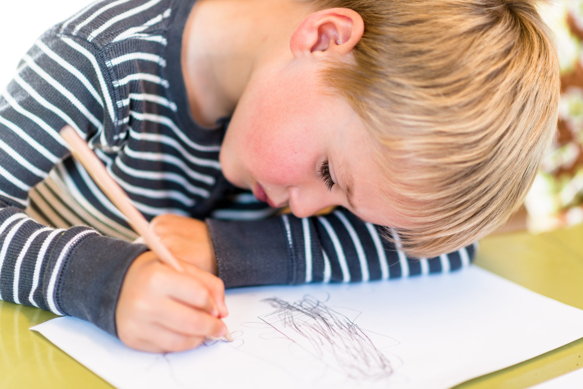 Barnehagegutt skriver tekst