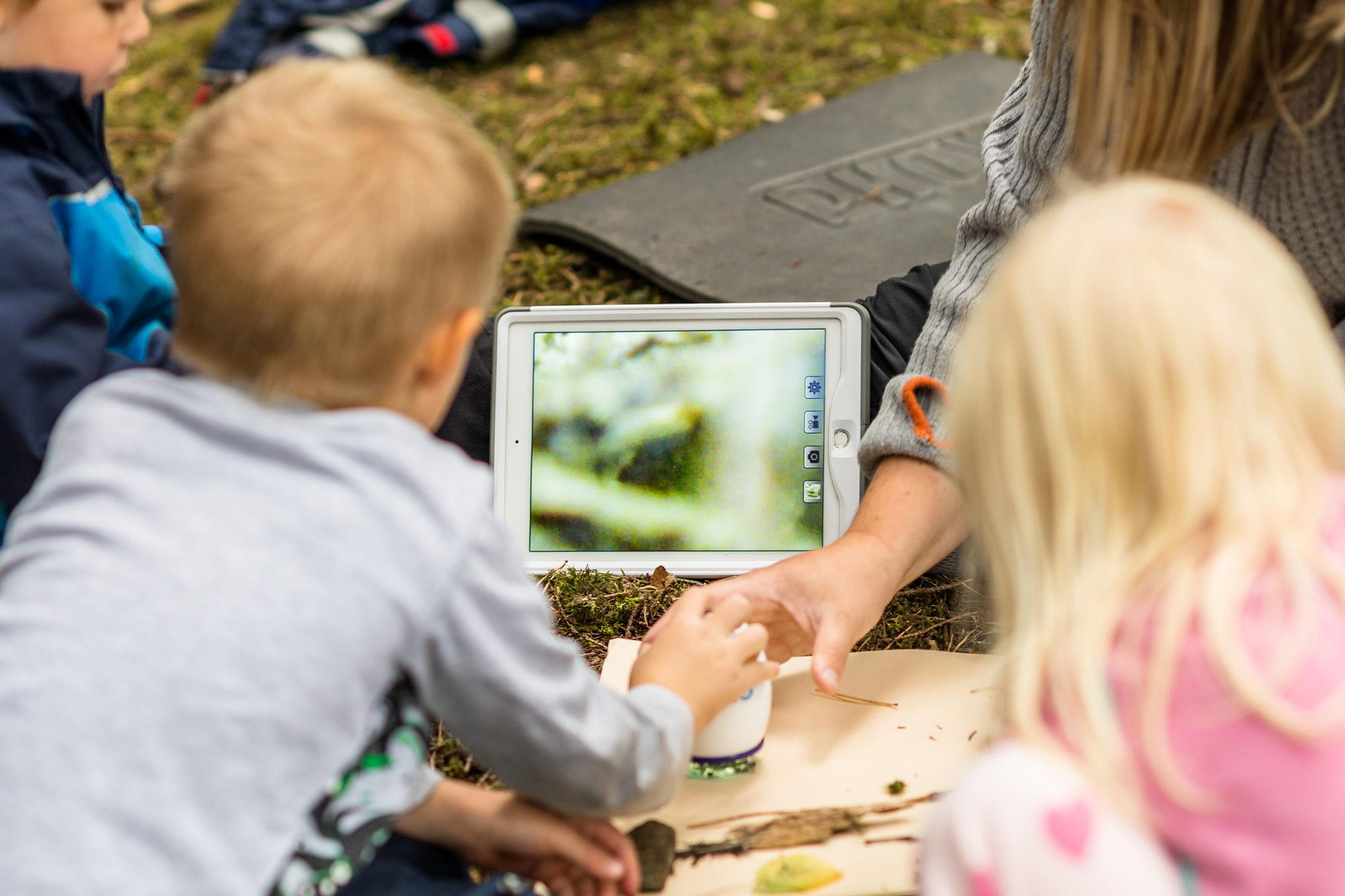 Barnehagebarn bruker trådløst mikroskop