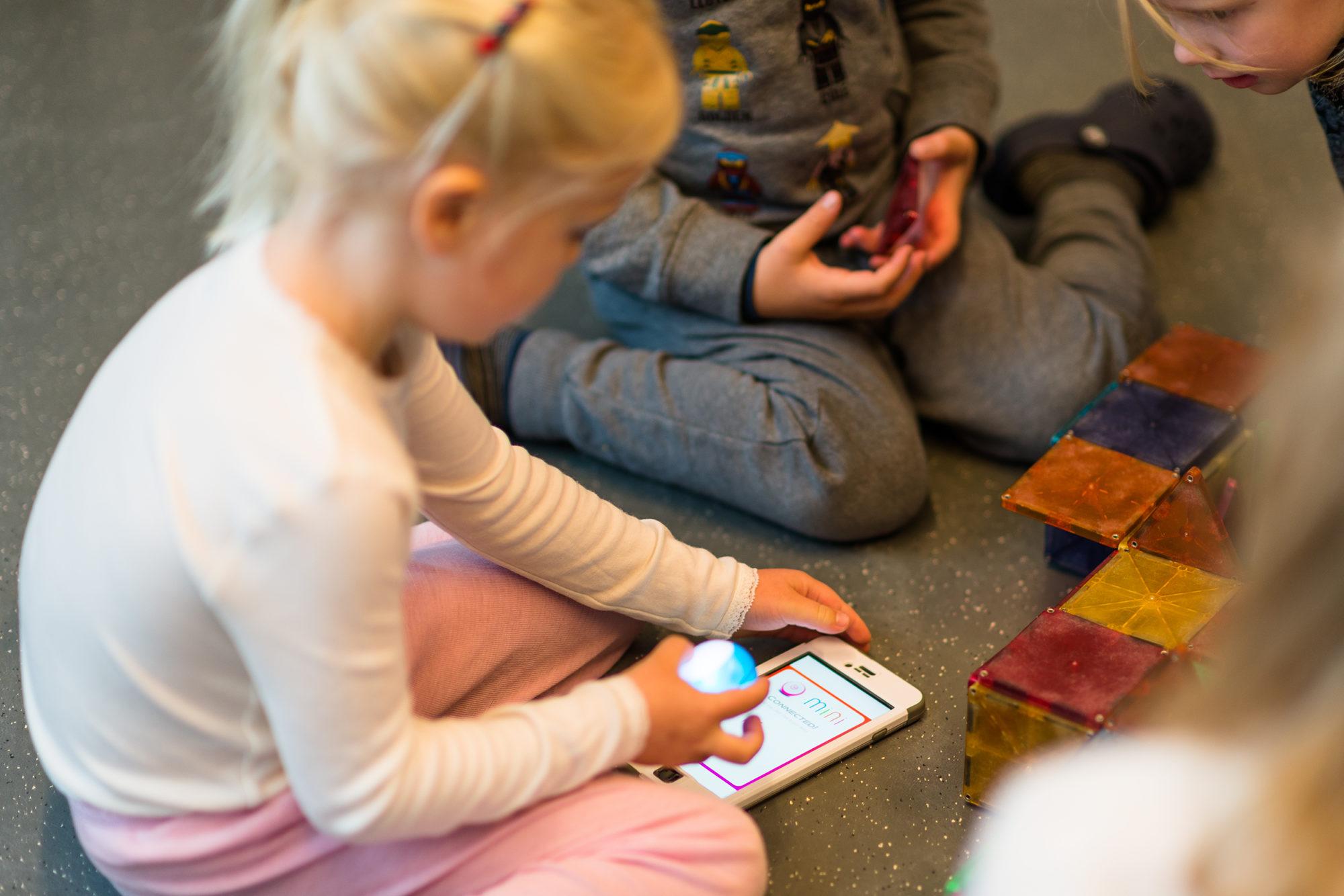 Barnehagebarn med mobiltelefon