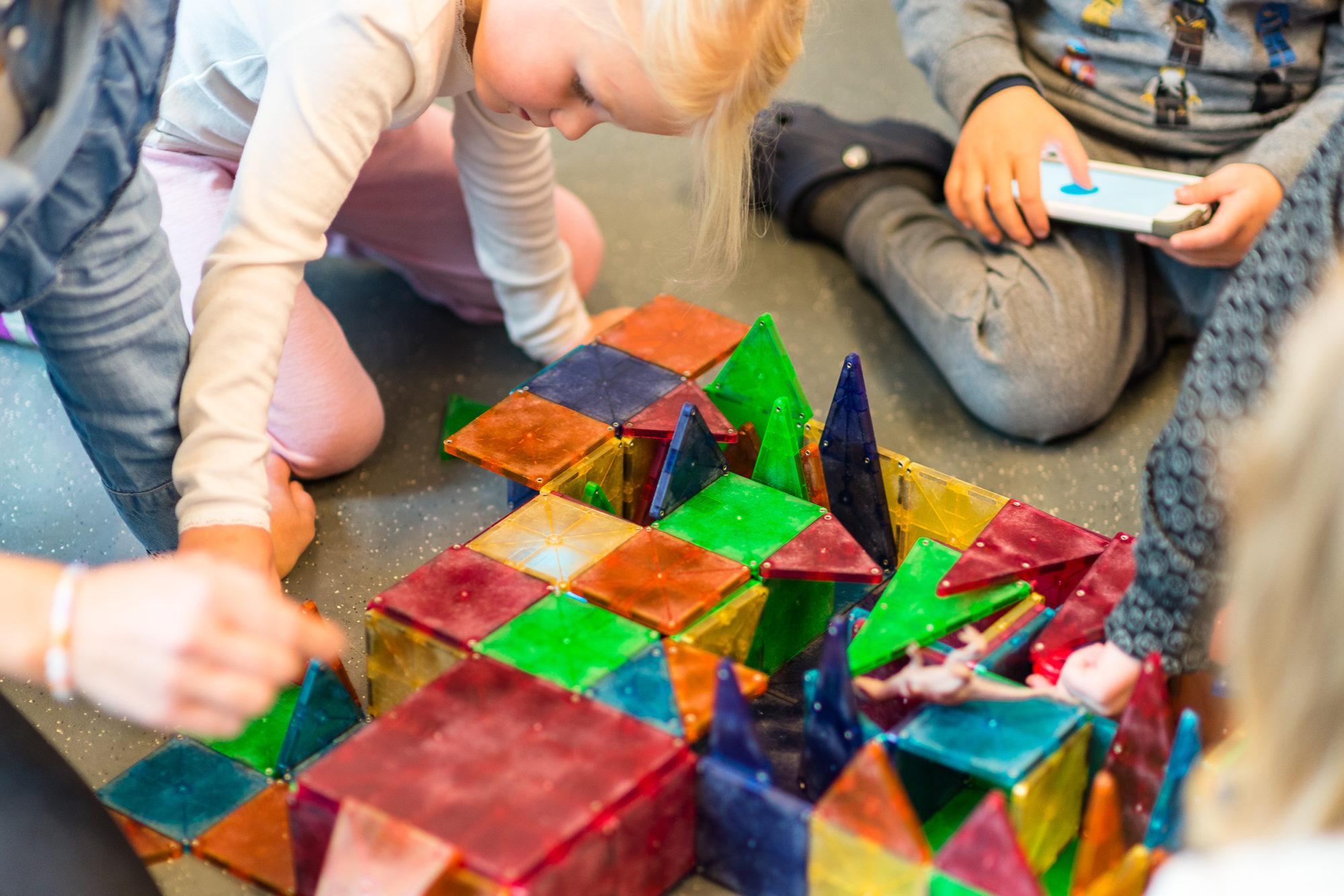 Barnehagebarn som leker med Bbb-Bot