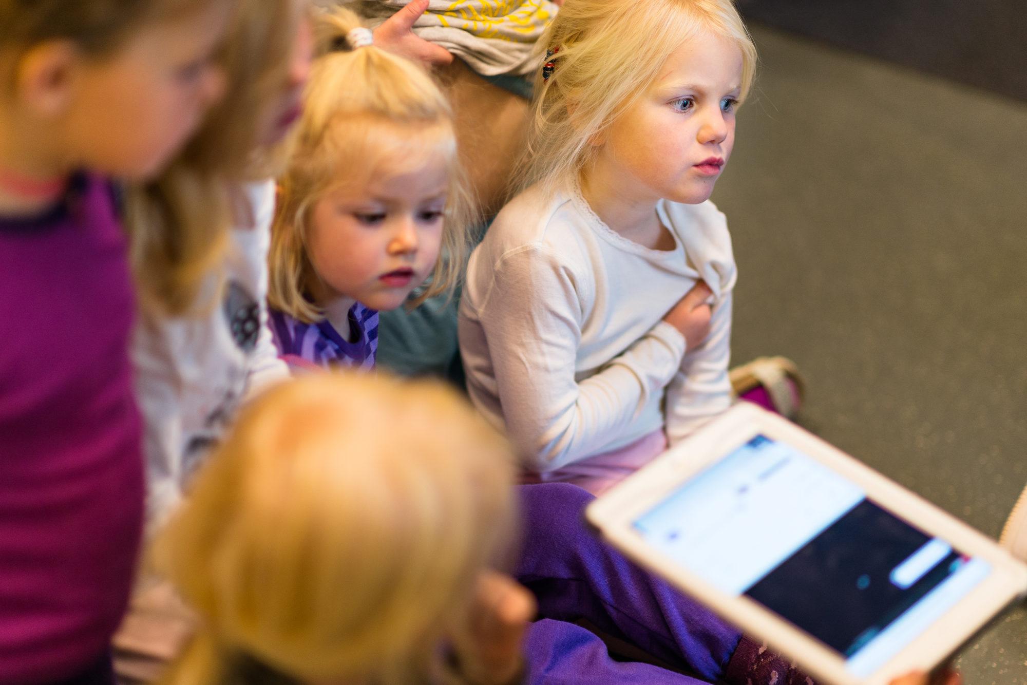 Barnehagejente som tenker med iPad i handa