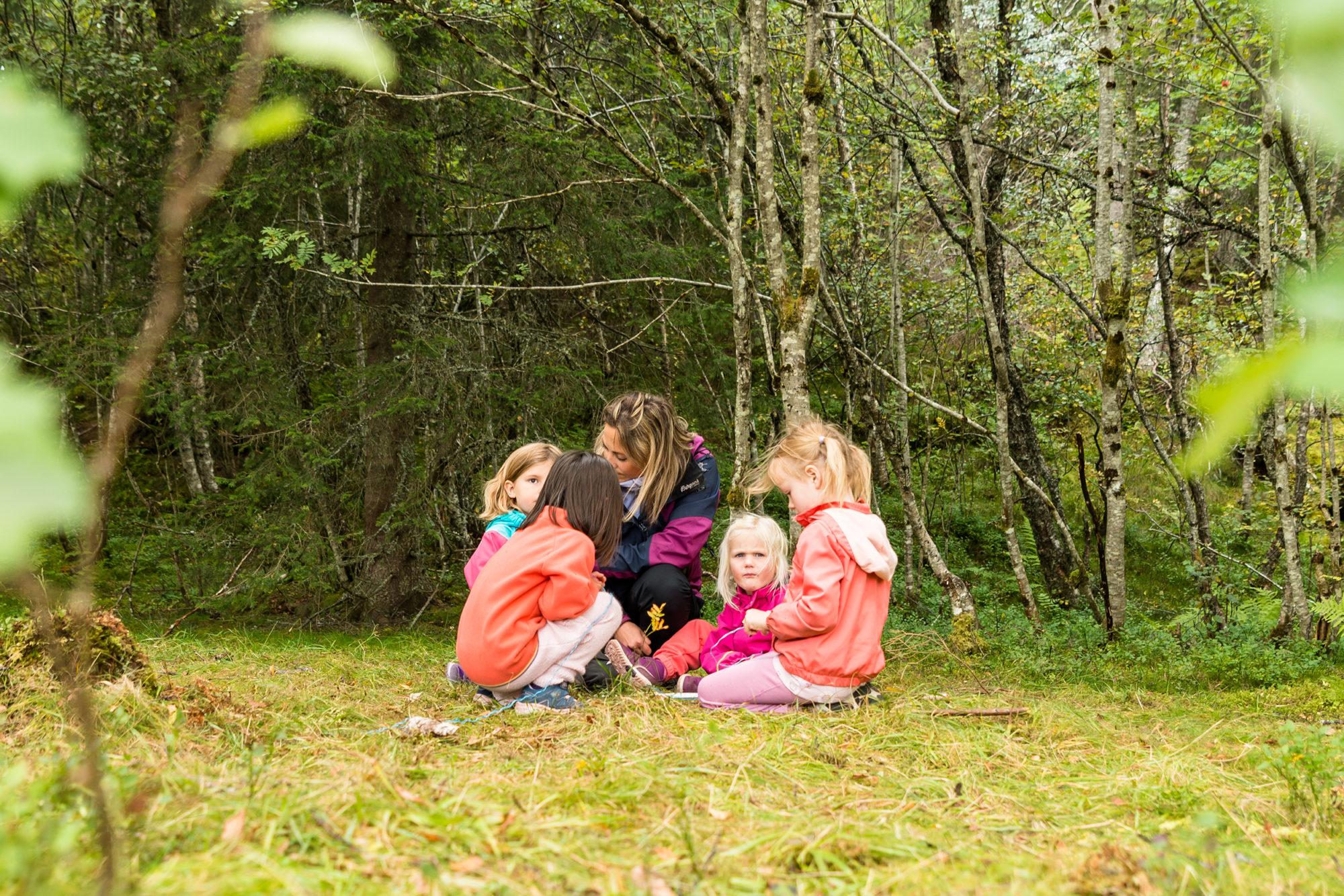 Barnehagebarn og voksen i naturen