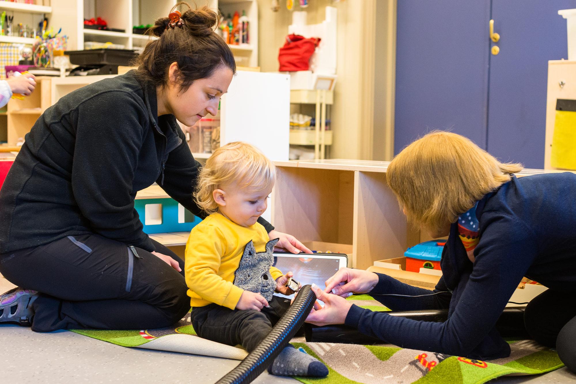 Småbarn i barnehage og voksne med iPad