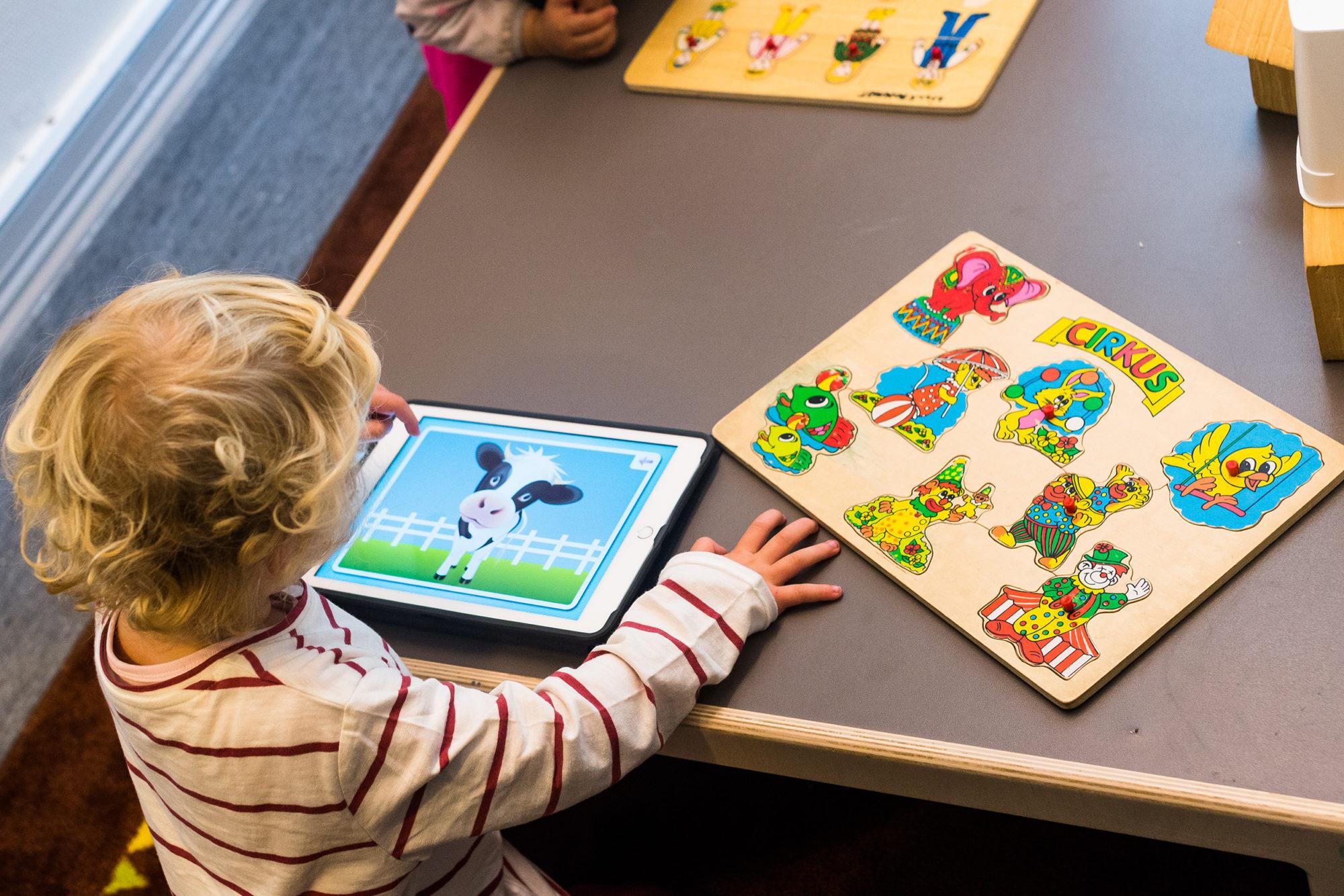 Barnehagebarn med både digitale og analoge leker