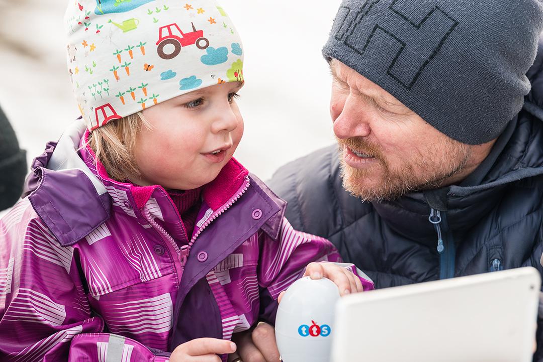 Småbarn i barnehage med digitalt mikroskop ute