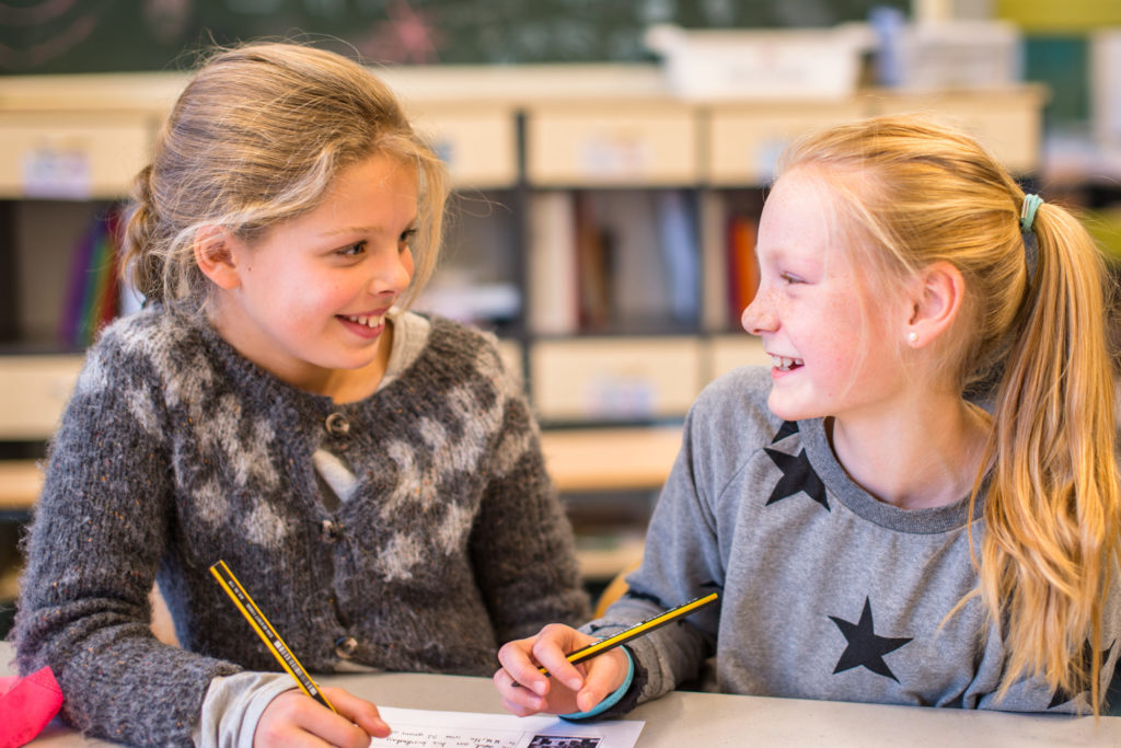 To barneskolejenter som samskriver