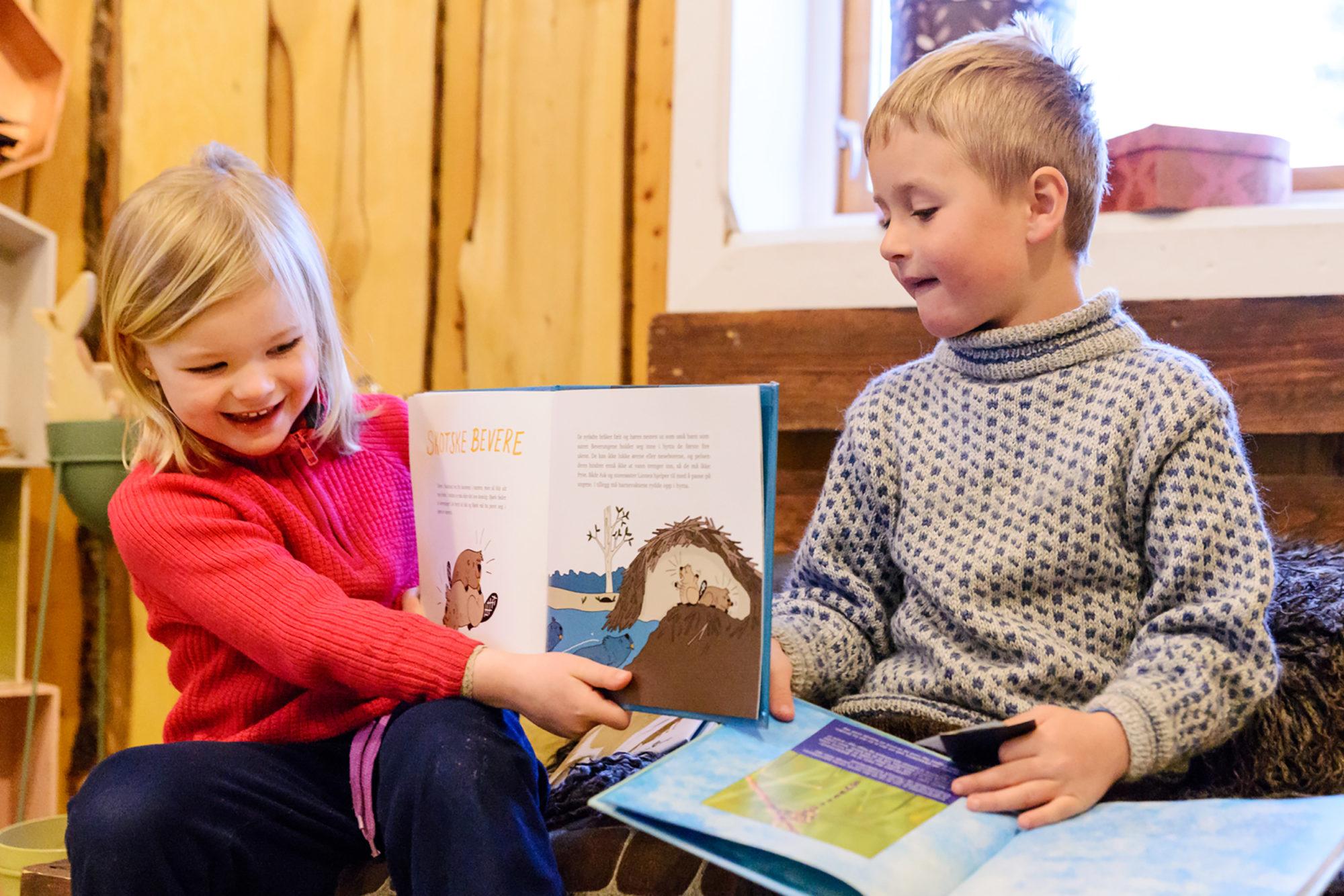 To barnehagebarn leser bildebøker