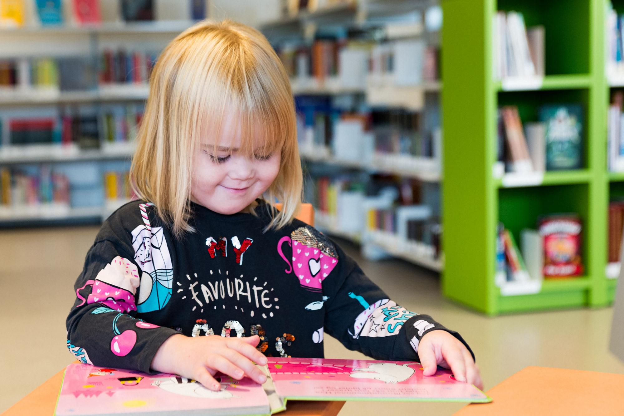 Barnehagebarn på biblioteket