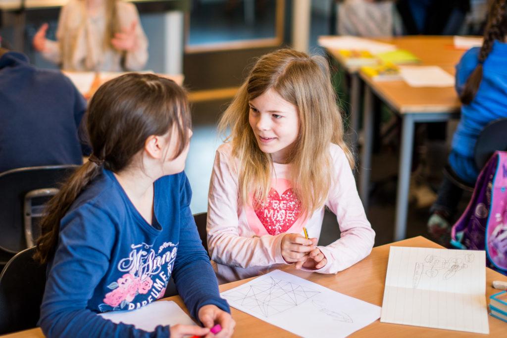 To elever på mellomtrinn som diskuterer
