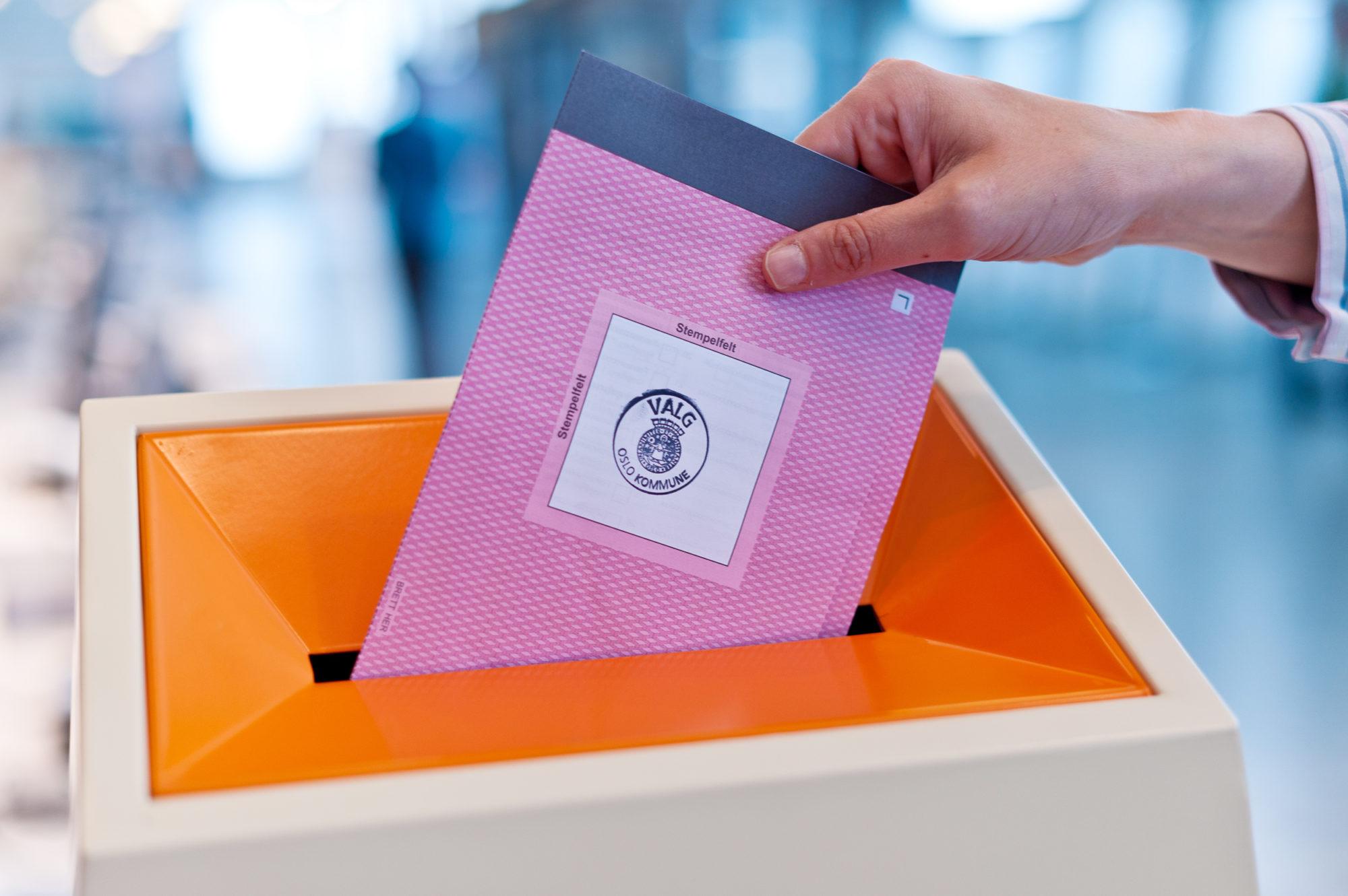 Person som avlegger stemme i valgurne. Foto: Tore Fjeld.
