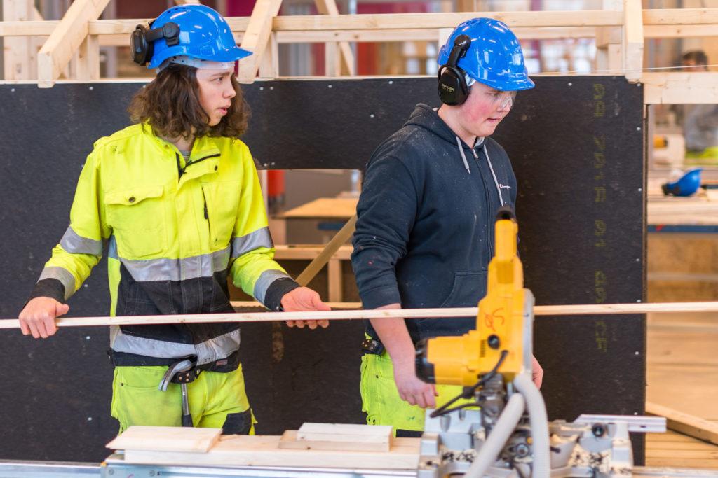 Vgs-elever i byggfag på verksted