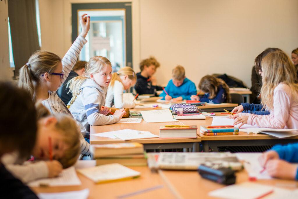 Elever på mellomtrinn i klasserom