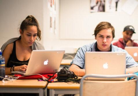 To vgs-elever med kamera og Mac