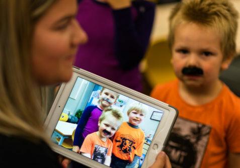 Bilde på iPad av barnehagebarn som har kledd seg ut.