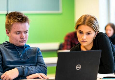 To vgs-elever som ser på samme PC